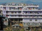 rumah-ziona-mirip-hotel-di-atas-bukit.jpg