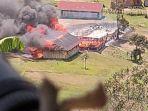 salah-satu-bangunan-yang-di-bakar-kkb-di-distrik-kiwiro.jpg
