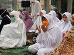 salat_istisqa_di_halaman_masjid_raya_pekanbaru_wagubri_ini_upaya_bersama_atasi_kabut_asap.jpg
