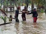 salim-saat-mengevakuasi-anaknya-yang-tenggelam-di-genangan-banjir.jpg