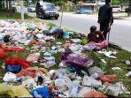 sampah-menumpuk-di-median-jalan-soekarno-hatta-pekanbaru.jpg