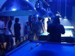 satpol-pp-dumai-membubarkan-pengunjung-royal-house-pool-tempat-hiburan-malam_20170913_030904.jpg