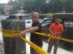 satpol-pp-pekanbaru-segel-cor-coran-tiang-reklame_20170810_232511.jpg