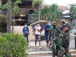 sebanyak-62-warga-negara-wn-india-dipindahkan-dari-hotel-ibis-jakarta-pusat.jpg