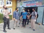 sedang_tidur_di_kamar_pasien_covid-19_asrama_haji_siak_dua_pria_ditangkap_polisi.jpg