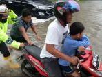 sejumlah-motor-mogok-saat-terobos-banjir-di-jalan-protokol-kota-dumai.jpg