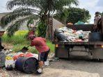 sejumlah-petugas-kebersihan-mengangkut-sampah2021.jpg