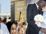sempat-viral-di-medsos-gadis-malaysia-dinikahi-cowok-afrika-sebulan-menikah-mereka-umroh-ke-makkah.jpg