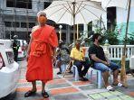 seorang-biksu-buddha-di-thailand-mengenakan-masker.jpg