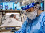 seorang-dokter-brasil-merawat-seorang-pasien-yang-terinfeksi-covid-19.jpg