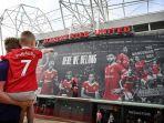 seorang-fans-muda-yang-mengenakan-kaus-pemain-baru-manchester-united-cristiano-ronaldo.jpg