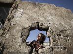 seorang-gadis-palestina-di-rumah-keluarganya-yang-hancur-di-kota-gaza.jpg