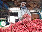 seorang-pedagang-cabe-di-pasar-tradisional-di-pekanbaru-mengenakan-masker.jpg