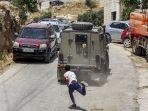 seorang-pemuda-palestina-melempar-batu-ke-kendaraan-lapis-baja-militer-israel.jpg