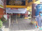 seorang-warga-meninggalkan-kantor-disdukcapil-kota-pekanbaru-senin-672020.jpg