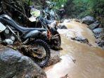 sepeda-motor-trail-setelah-tersapu-arus-deras-sungai.jpg