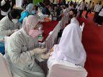serentak_di_14_provinsi_ratusan_siswa_smp_jalani_vaksinasi_massal_di_smpn_13_pekanbaru.jpg