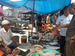 setiap-pagi-pasar-ikan-di-sungai-juling-selalu-ramai-dikunjungi-para-pembeli_20171210_190516.jpg