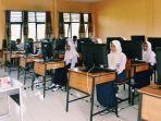 siswa-smp-mengikuti-ujian-nasional-di-inhil.jpg