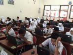 siswa-smpn-20-pekanbaru-mengikuti-unbk-2019-di-smkn-4-pekanbaru.jpg