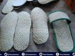 story-kisah-pengrajin-sandal-anyaman-daun-pandan-di-riau-hasilkan-sandal-unik-ramah-lingkungan.jpg