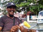 story_modal_suara_keras_penjual_buah_legendaris_di_pekanbaru_ini_kuliahkan_anak_hingga_sarjana.jpg