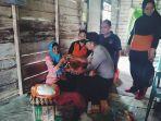 story_nenek_nurmah_terharu_dikunjungi_rombongan_polres_inhil_riau.jpg