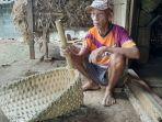sukijan-anggota-lvri-bersama-anyaman-bambu-di-rumahnya.jpg