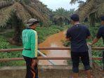 sungai-di-desa-pejangki-kecamatan-batang-cenaku-menjadi-kecoklatan-akibat-endapan-lumpur_20180212_102413.jpg