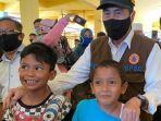 syamsuar-bersama-anak-anak-tanpa-masker.jpg