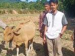 syamsuddin-menerima-sapi-dari-polisi.jpg