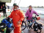 tasman-dan-joko-saat-di-atas-kapal-ferry-yang-menyeberangi-sungai-elbe-jerman_20180927_093303.jpg