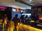 tempat_hiburan_di_pekanbaru_membandel_buka_siang_hari_saat_ramadhan_pengunjung_langsung_dibubarkan.jpg