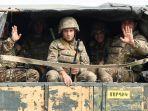 tentara-pertahanan-karabakh-melambai-saat-mengendarai-di-bagian-belakang-truk.jpg