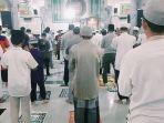 terapkan_prosedur_ini_masjid_di_tembilahan_tetap_lakukan_sholat_tarawih_di_tengah_pandemi_corona.jpg