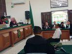 terdakwa-sugiono-direktur-pt-peputra-supa-jaya-psj-di-pengadilan-negeri-pelalawan_20180212_093924.jpg