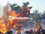 tiang-tongkang-jatuh-ke-barat-laut-tanda-rezeki-warga-tionghoa-festival-bakar-tongkang-rohil-riau1.jpg