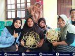 tim-kukerta-tematik-universitas-riau-latih-warga-membuat-kerajinan-piring-dari-lidi-kelapa-sawit.jpg