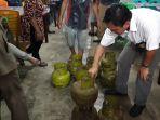 tim-pertamina-tampak-melihat-tabung-gas-3-kg-yang-digunakan-di-satu-rumah-makan_20180910_110819.jpg
