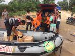 tim-sar-gabungan-mendistribusikan-logistik-kepada-warga-korban-banjir_20170303_083141.jpg