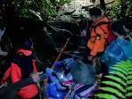 tim-sar-mengevakuasi-seorang-pendaki.jpg