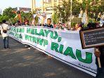 tolak_perda_rtrw_riau_aktivis_lingkungan_di_pekanbaru_gelar_aksi_bentang_spanduk_di_hbkb.jpg