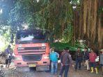 truk-besar-bermuatan-53-ton-secara-mistis-masuk-pemukiman-warga-bisa-lewati-jalan-selebar-2-mater.jpg