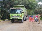 truk-melintas-dari-jalan-nasional-lintas-riau-sumbar_20170307_131654.jpg