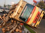 truk-terbalik-di-jalan-subrantas-pekanbaru-sabtu-122020.jpg