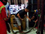 ular-sanca-diplafon-kamar-mandi-rumah-warga.jpg