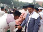 usai_salat_idul_adha_1440_h_walikota_pekanbaru_sempat_bersalaman_dengan_masyarakat.jpg