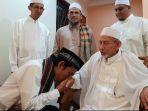 ustaz-abdul-somad-mencium-tangan-habib-saqqaf-bin-muhammad-bin-sayyid-idrus-saqqaf-al-jufri_20180926_120459.jpg