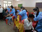vaksinasi-covid-19-di-kamp-vaksinasi-sementara-di-dalam-sebuah-sekolah-di-mumbai.jpg