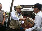 wabup-kampar-serahkan-bantuan-sembako-untuk-korban-banjir.jpg
